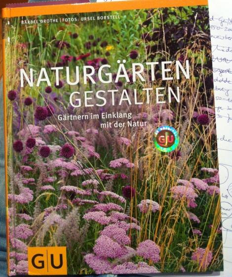 Dieses schöne Buch hat mir beim Planen geholfen. Da sind auch ein paar Pflanzpläne für unterschiedliche Standorte drin und überhaupt ist es sehr fein anzuschauen.