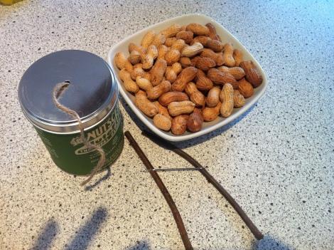 Ein paar Erdnüsse, Spagat, eine dicke Nähnadel und zwei Zweigerl –das ist alles was man braucht.