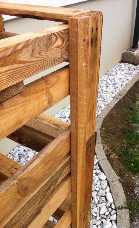 Je zwei Dachlatten an jeder Seite halten die Paletten stabil übereinander.