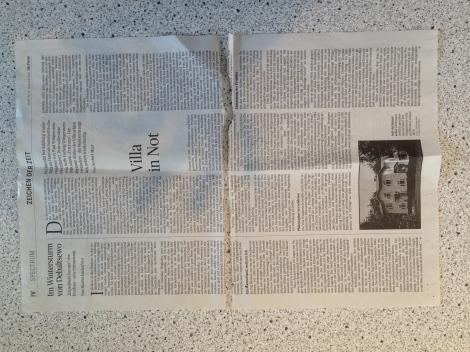 Außerdem braucht man eine Zeitung, die nur schwarz/weiß gedruckt ist. Das ist heute selten, aber ich wurde fündig: Der Spectrum-Teil der Presse am Samstag wird so reduziert gedruckt. Eine Seite davon wird in der Mitte geteilt.